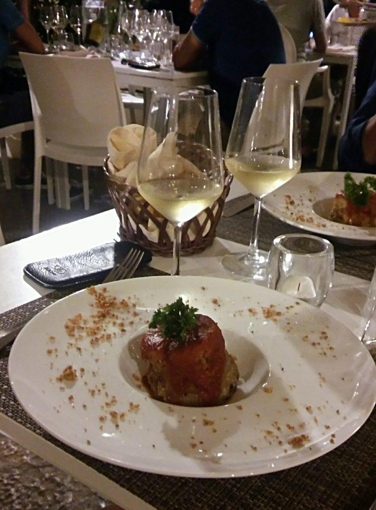 Het voorgerecht met aubergine bij Vitelloni